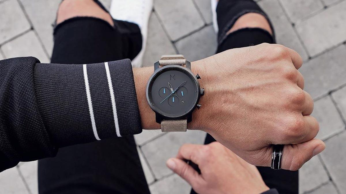 Jedny z nejpopulárnějších hodinek od MVMT - model Chrono s černým ciferníkem