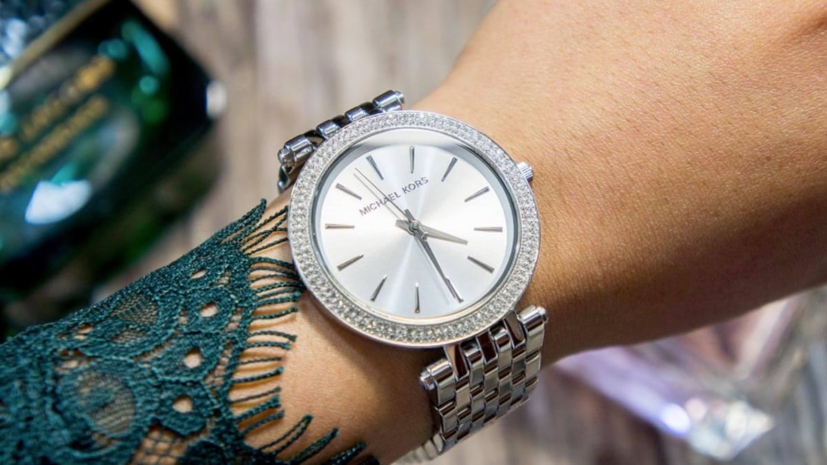 Stříbrné hodinky Michael Kors zdobené kamínky