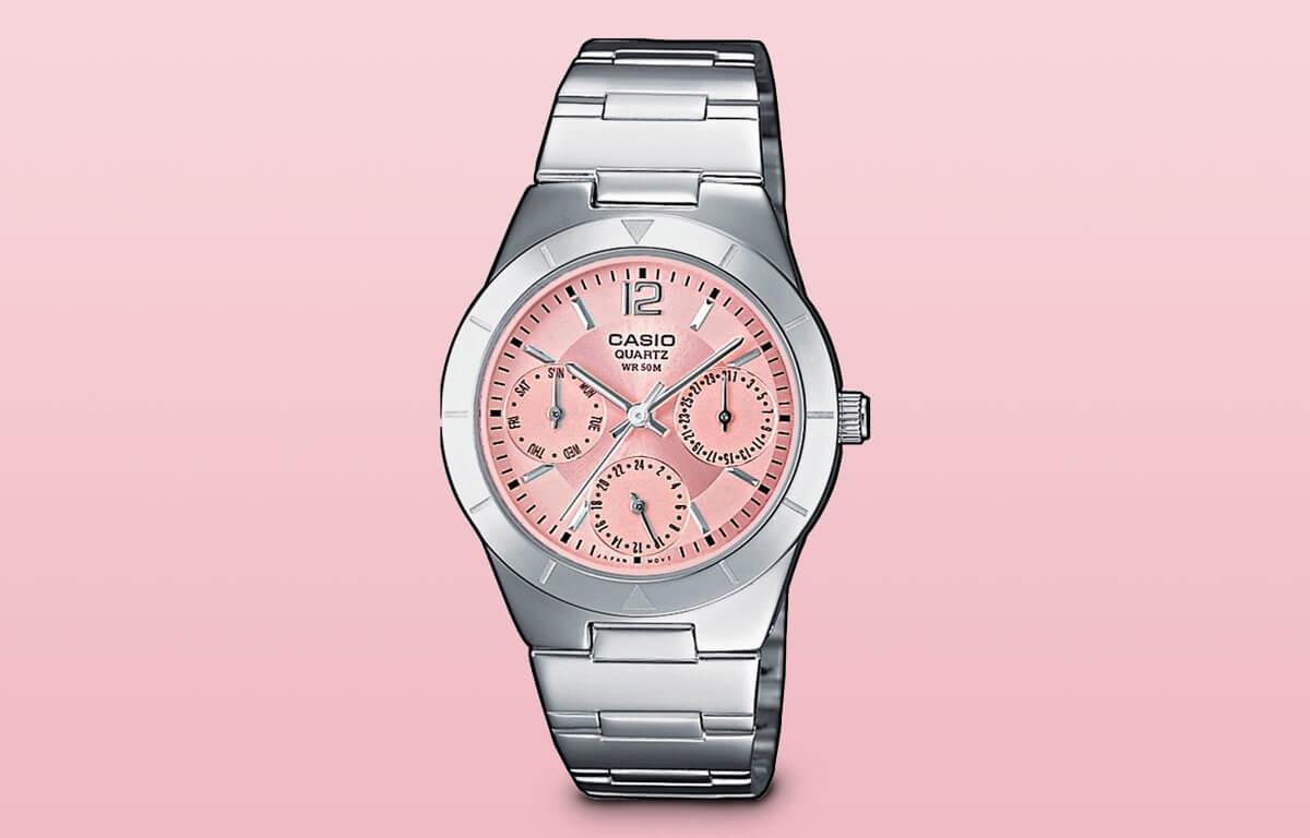 Mezi levné dámské hodinky lze zařadit i model Casio LTP-2069D-4AVEF